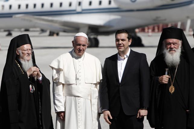 Ο πρωθυπουργός Αλέξης Τσίπρας (2Δ) με τον Οικουμενικό Πατριάρχη Βαρθολομαίο (Α) κια τον Αρχιεπίσκοπο Αθηνών και Πάσης Ελλάδος Ιερώνυμο (Δ) υποδέχονται τον Πάπα Φραγκίσκο (2Α) στην επίσημη συνάντηση που είχαν στο αεροδρόμιο της Μυτιλήνης, Σάββατο 16 Απριλίου 2016. Επίσημη επίσκεψη του Πάπα Φραγκίσκου του Οικουμενικού Πατριάρχη Βαρθολομαίου, του Αρχιεπισκόπου Αθηνών και Πάσης Ελλάδος Ιερώνυμου και του πρωθυπουργού Αλέξη Τσίπρα στη Λέσβο, στην προσπάθειατους για την ευαισθητοποίηση της παγκόσμιας κοινής γνώμης στο προσφυγικό-μεταναστευτικό. Με 10 πρόσφυγες που ανήκουν σε ευάλωτες κοινωνικά ομάδες, μέλη μονογονεϊκών οικογενειών, μητέρες με παιδιά, ανθρώπους με κινητικά προβλήματα ή προβλήματα υγείας, από διάφορες εθνικότητες, θα ξεκινήσει το ταξίδι της επιστροφής, στις 3.15 μετά το μεσημέρι, μετά την ολοκλήρωση της επίσκεψης του στη Λέσβο, ο Πάπας Φραγκίσκος. ΑΠΕ-ΜΠΕ/ΑΠΕ-ΜΠΕ/ΓΙΑΝΝΗΣ ΚΟΛΕΣΙΔΗΣ